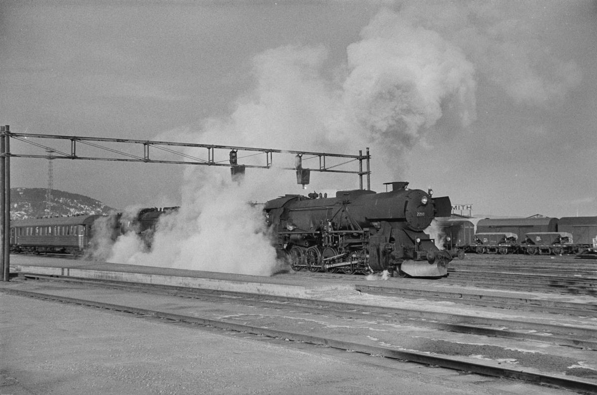 Persontog fra Trondheim til Storlien, tog 423, på Trondheim stasjon. Toget trekkes av to lokomotiver type 63a, fremst nr. 2293.