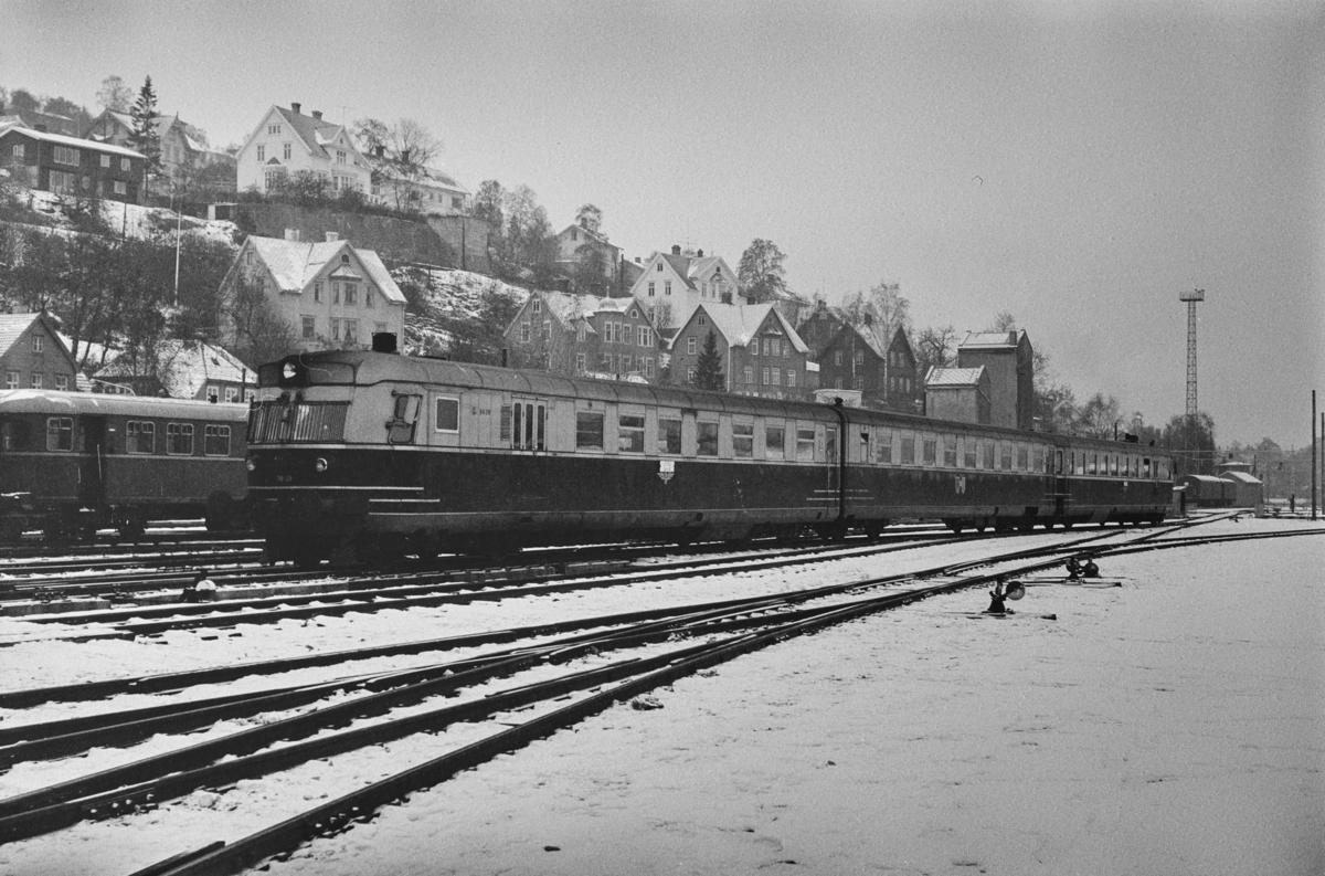 Dieselmotorvognsett type 88, nærmest BFmdo 88.09, på Marienborg. Togsettet står klart for en av sine siste turer til Oslo Ø over Rørosbanen.