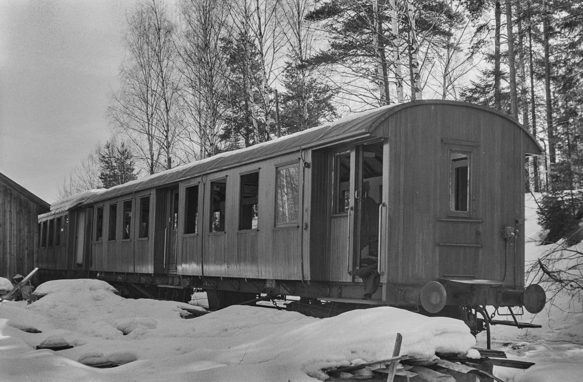 Rjukanbanens utrangerte personvogn Bo nr. 8 under opphugging på Hokksund.