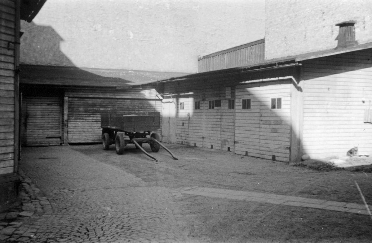 Gårdsinteriör från kvarteret Tunnan i Norrköping. Bilden visar uthuslänga tilll Repslagaregatan 23. Byggnadsdelen i fonden uppfördes ursprungligen som vagnsskjul efter ritningar daterade 1911. Längan till höger uppförd senare datum. Fotografiet är taget i samband med rivningsansökan 1953. Se bifogad ritning för detaljer. Vy mot nordväst.
