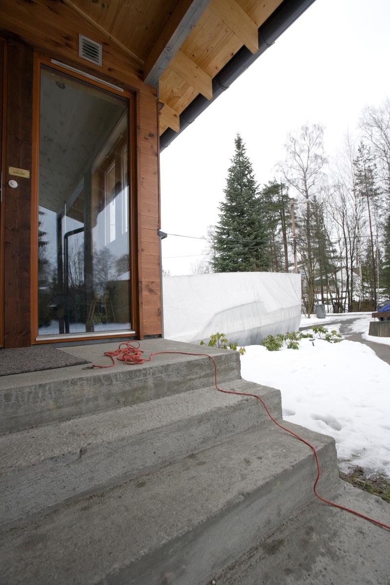 Hjemme hos hunden Balder. Lang hundeline ligger på trappen ved inngangsdøren.