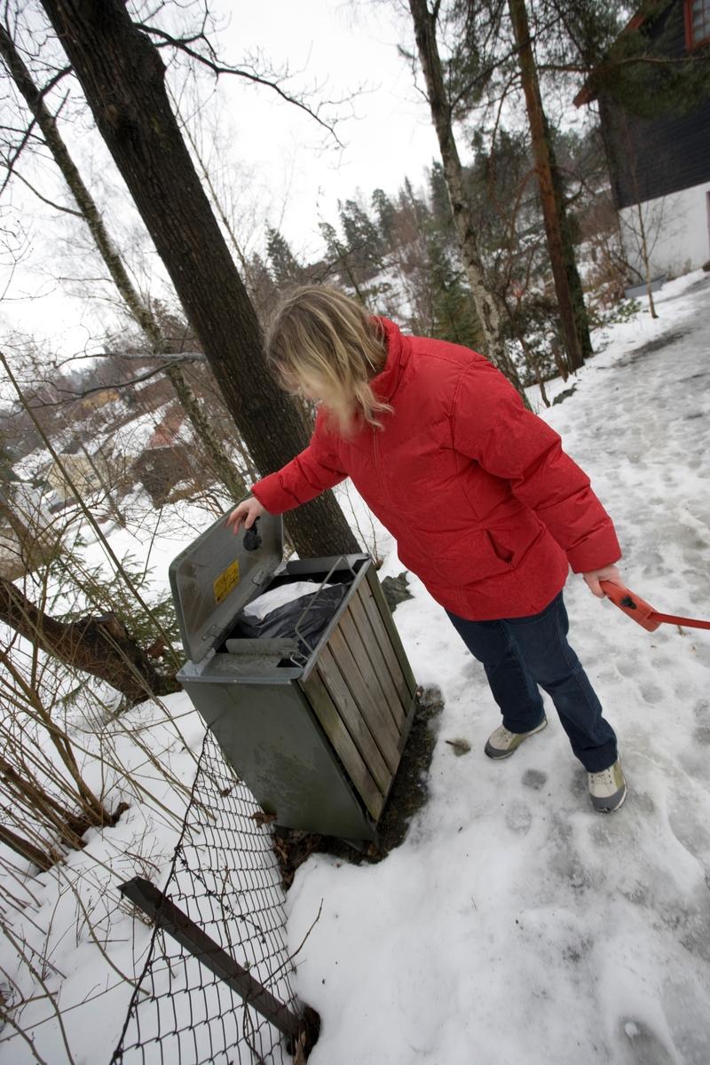 Hunden Balder på tur. Hundeier kaster en hundepose i en søppelbeholder.