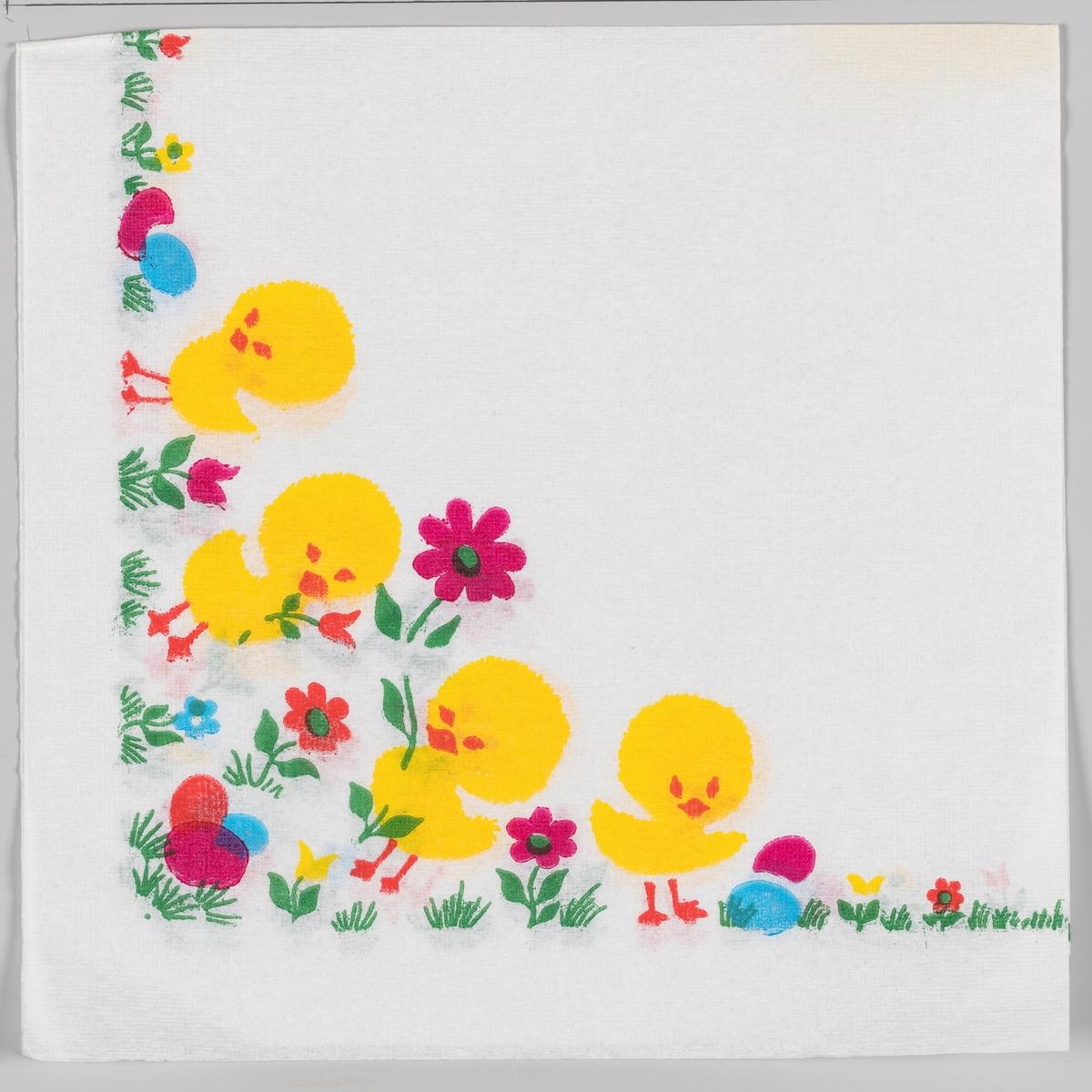 Fire kyllinger står i en blomstereng med store og små blomster og kulørte påskeegg.
