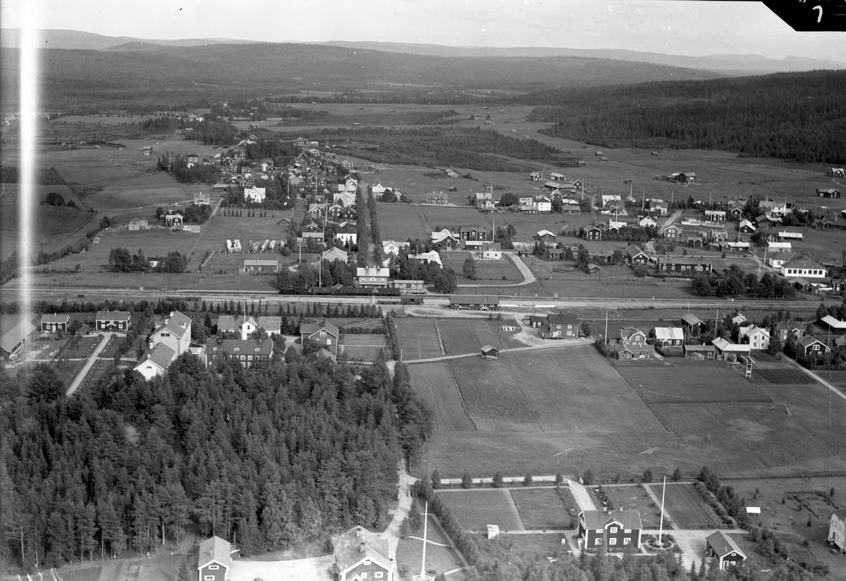 Flygfoto över stationen Station anlagd 1892. Tvåvånings stationshus i trä. Byggnaden blev 1923 ombyggd invändigt, och sammanbyggd med godsmagasinet. 1933 företogs en modernisering.