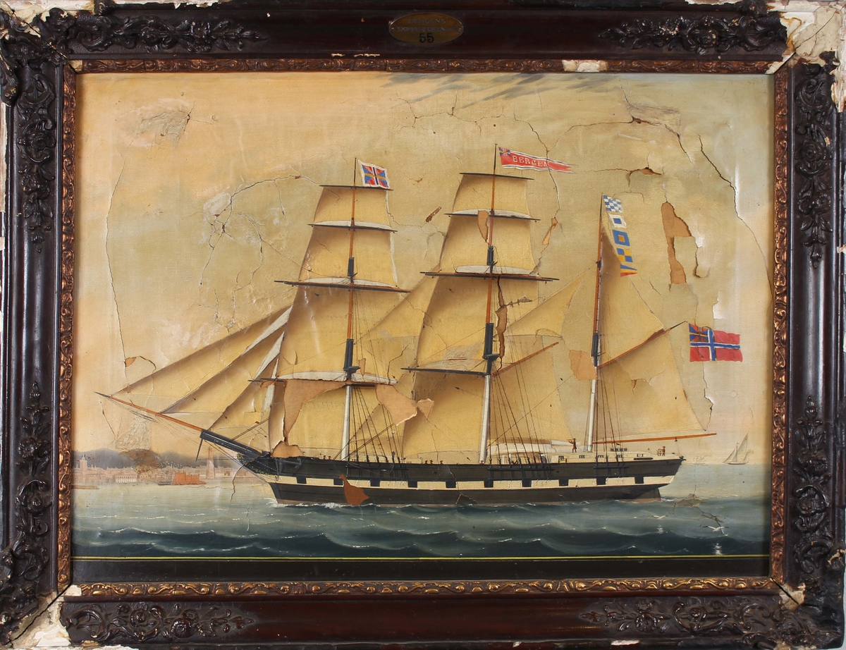 Skipsportrett av bark BERGEN med full seilføring utenfor utenlandsk havn.  Skipet har malte kanonporter og fører unionsflagg i mesanmasten samt vimpel med skipets navn i stormasten.