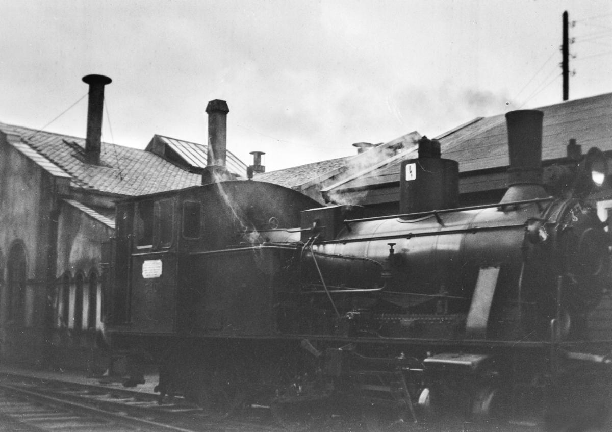 Damplokomotiv type 25b nr. 340 ved lokomotivstallen på Bergen stasjon