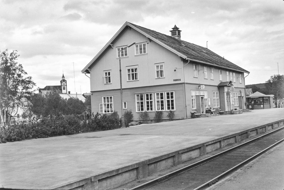 Røros stasjon på Rørosbanen. I bakgrunnen Røros kirke.