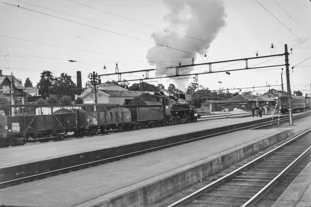 Godstog til Rørosbanen på Hamar stasjon. Toget trekkes av damplokomotiv type 26c nr. 434.