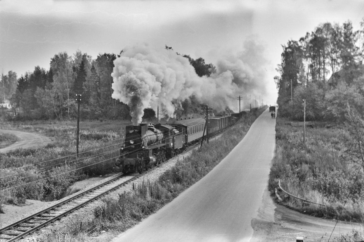 Nordgående godstog ved km 128, like nord for Hamar. Toget trekkes av damplokomotiv type 26c nr. 412.