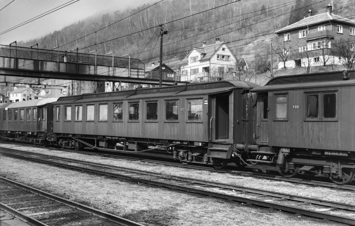 Personvogn Bo3a type 1 nr. 177 på Voss stasjon. Til venstre Bo2b type 6 nr. 926.