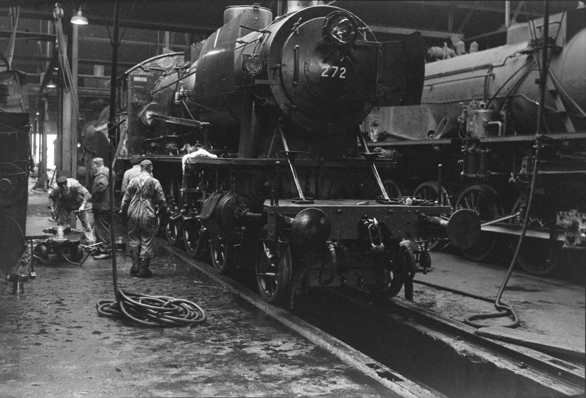 Damplokomotiv type 30a nr. 272 under klargjøring i lokomotivstallen på Marienborg.
