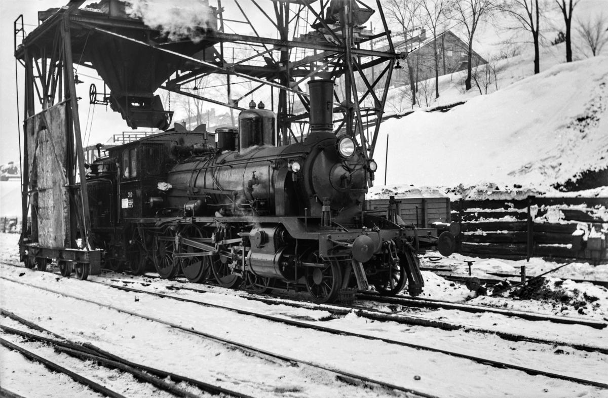 Damplokomotiv type 18c nr. 310 ved kullingsanlegget ved Gamlestallen i Lodalen i Oslo.