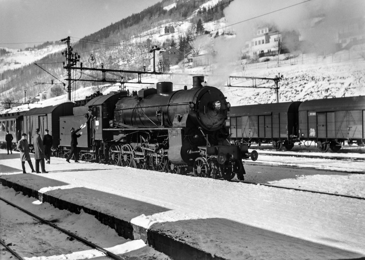 Damplokomotiv type 31b nr. 402 med ekstratog 1410 på Voss stasjon.