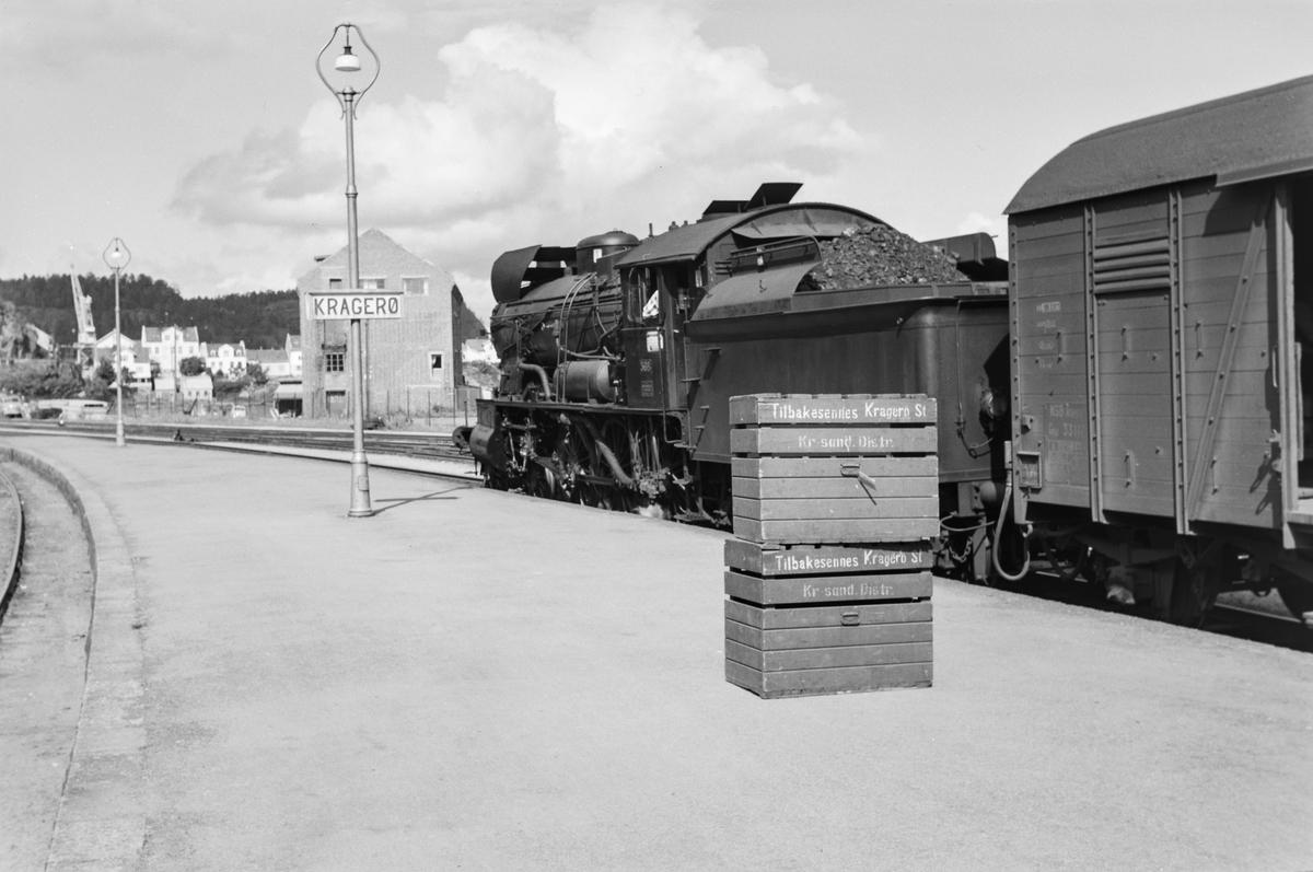 Damplokomotiv type 30b nr. 368 på Kragerø stasjon med tog til Neslandsvatn.