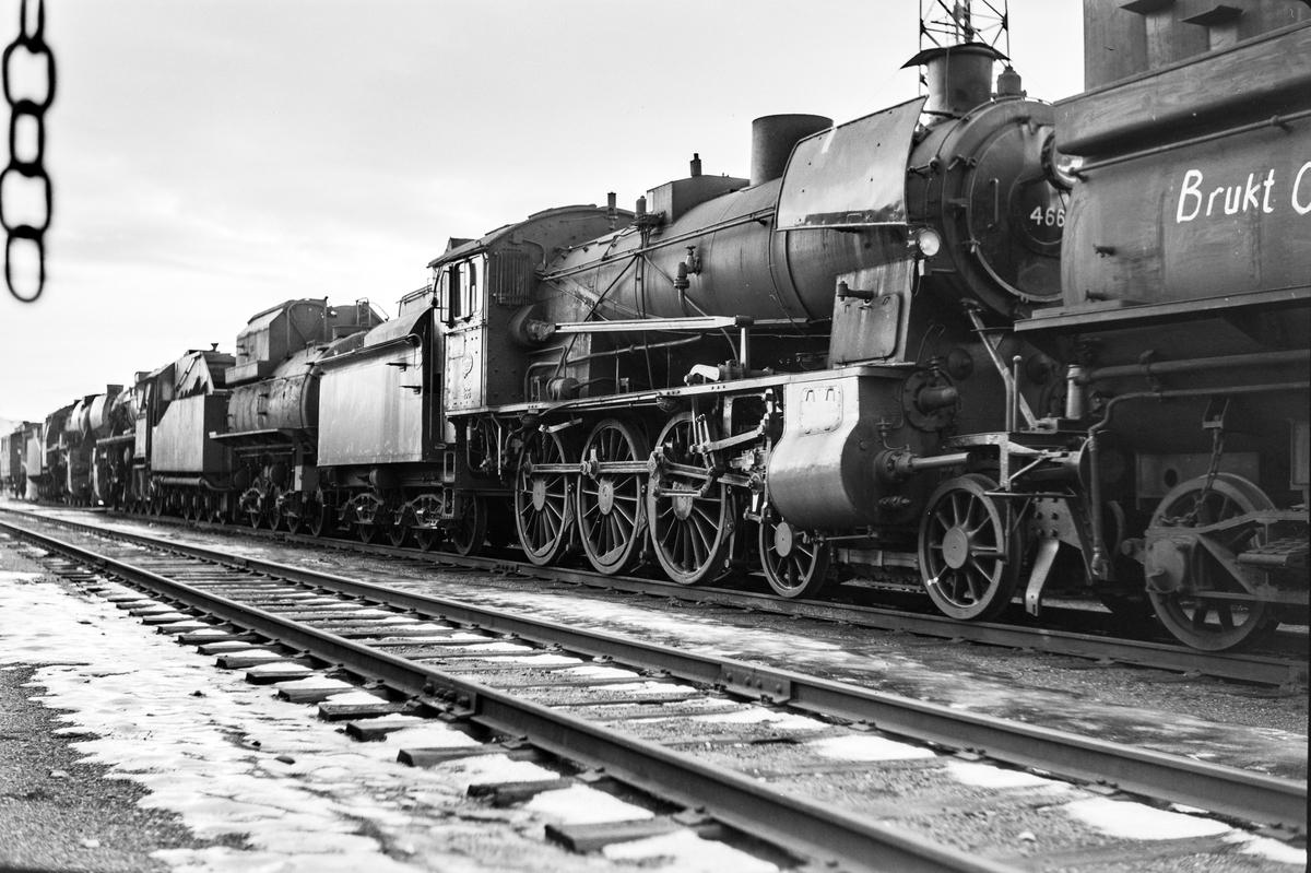 Hensatte og utrangerte damplokomotiver og tendere på Marienborg. Nærmest damplokomotiv type 30c nr. 466.