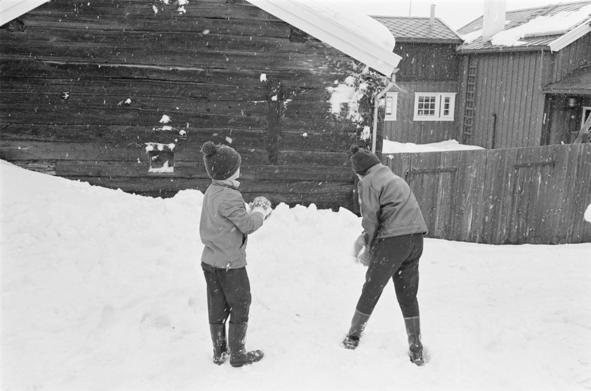 Barn leker i gatene på Røros.