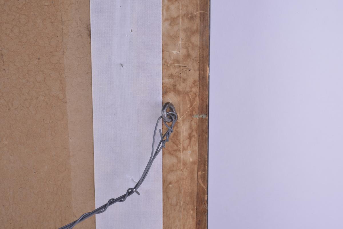Rektangulært trykk, i glass og ramme. Motivet er en kvinne som holder to kranser, i bakgrunnen et tre og et bylandskap. Trykt og håndskrevet tekst. Svart- og gullmalt dekorert ramme. Oppheng på baksiden av bildet; kroker skrudd i rammens langside, samt metalltråd.