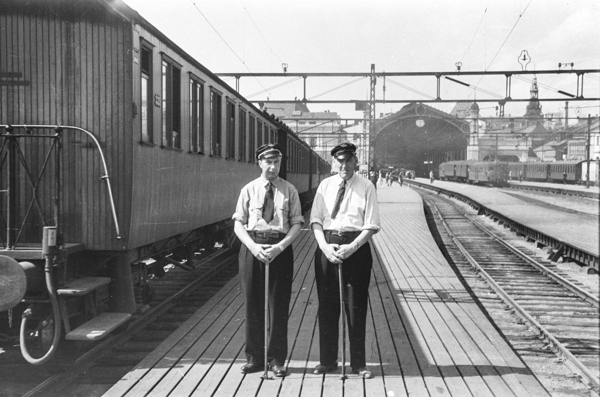 Vognvisitører på Oslo Østbanestasjon.