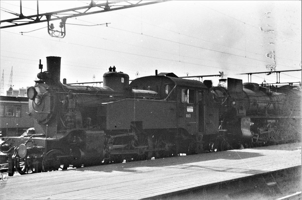 Damplokomotiv type 32a nr. 283 som ekstra forspannlokomotiv i persontog på Oslo Østbanestasjon.