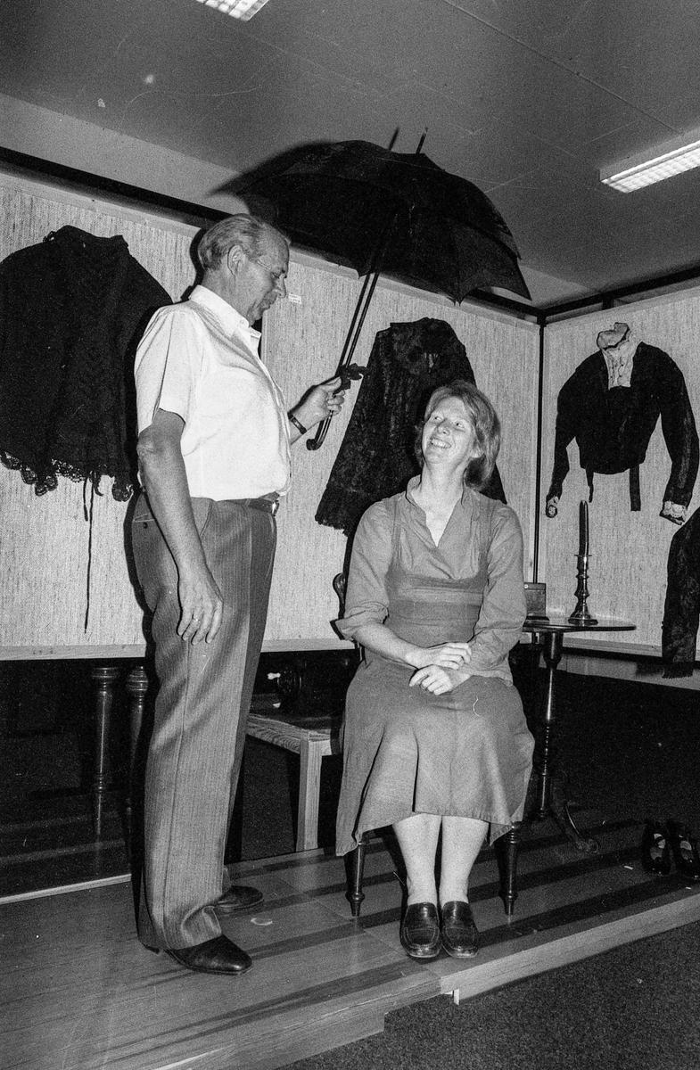 Good Old Days forberedes i Drøbak med gamle klær. Museumsbestyrer Hege Bodahl, kultursjef Olav Sandsmark (mørkt hår) og formann i Drøbak Lions, Erling Kristiansen.