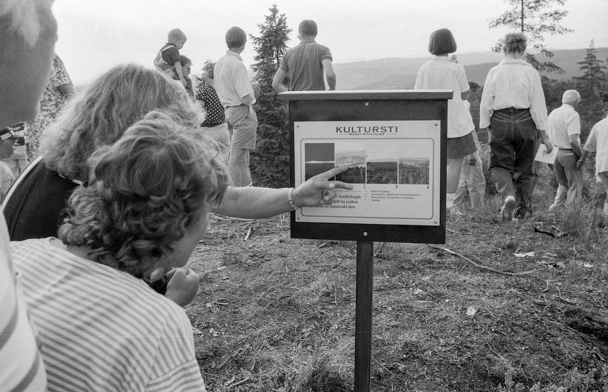 Kultursti åpnet i Nordby. Ordfører Johan Alnes kipper over båndet. Thorbein Gamst (tv) og Thorbjørn Nilsen, begge medlemmer av Nordby Rotary klubb sto bak prosjektet.