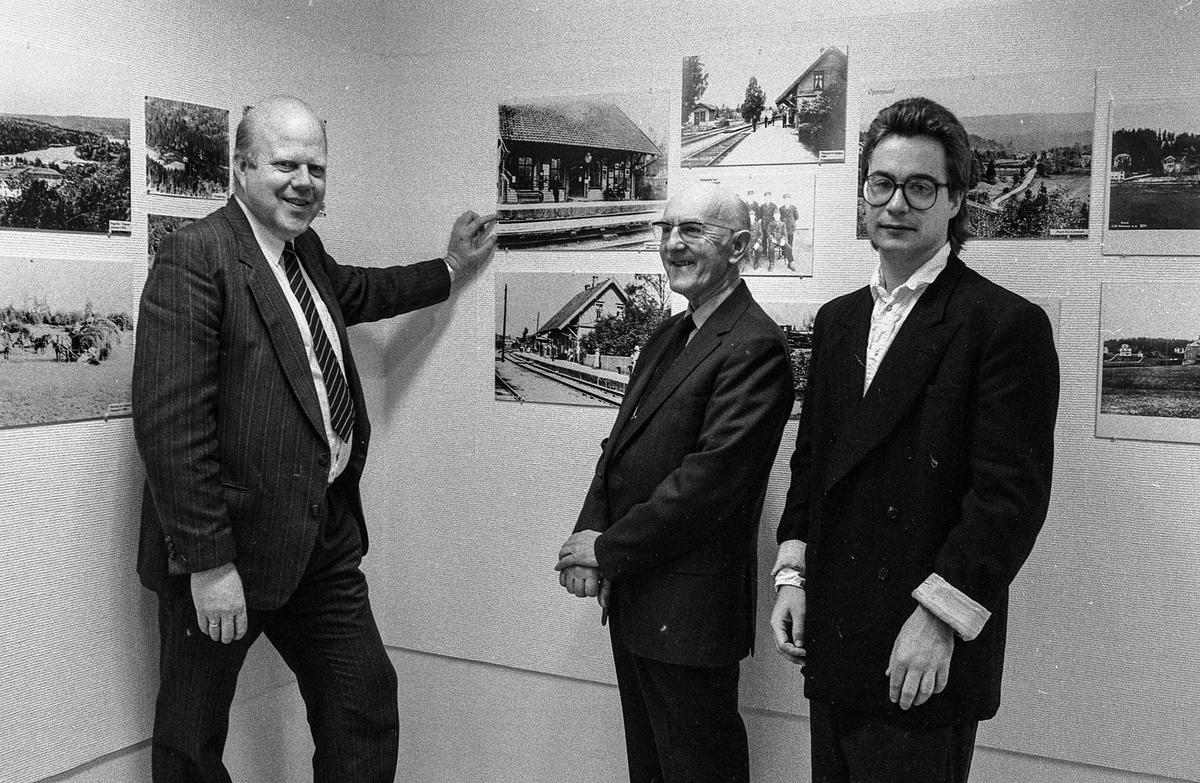 Fotoutstilling av historiske bilder i Oppegård bibliotek. Fra venstre: Willy Østberg, Karl Djupeng og Sigbjørn Iversen
