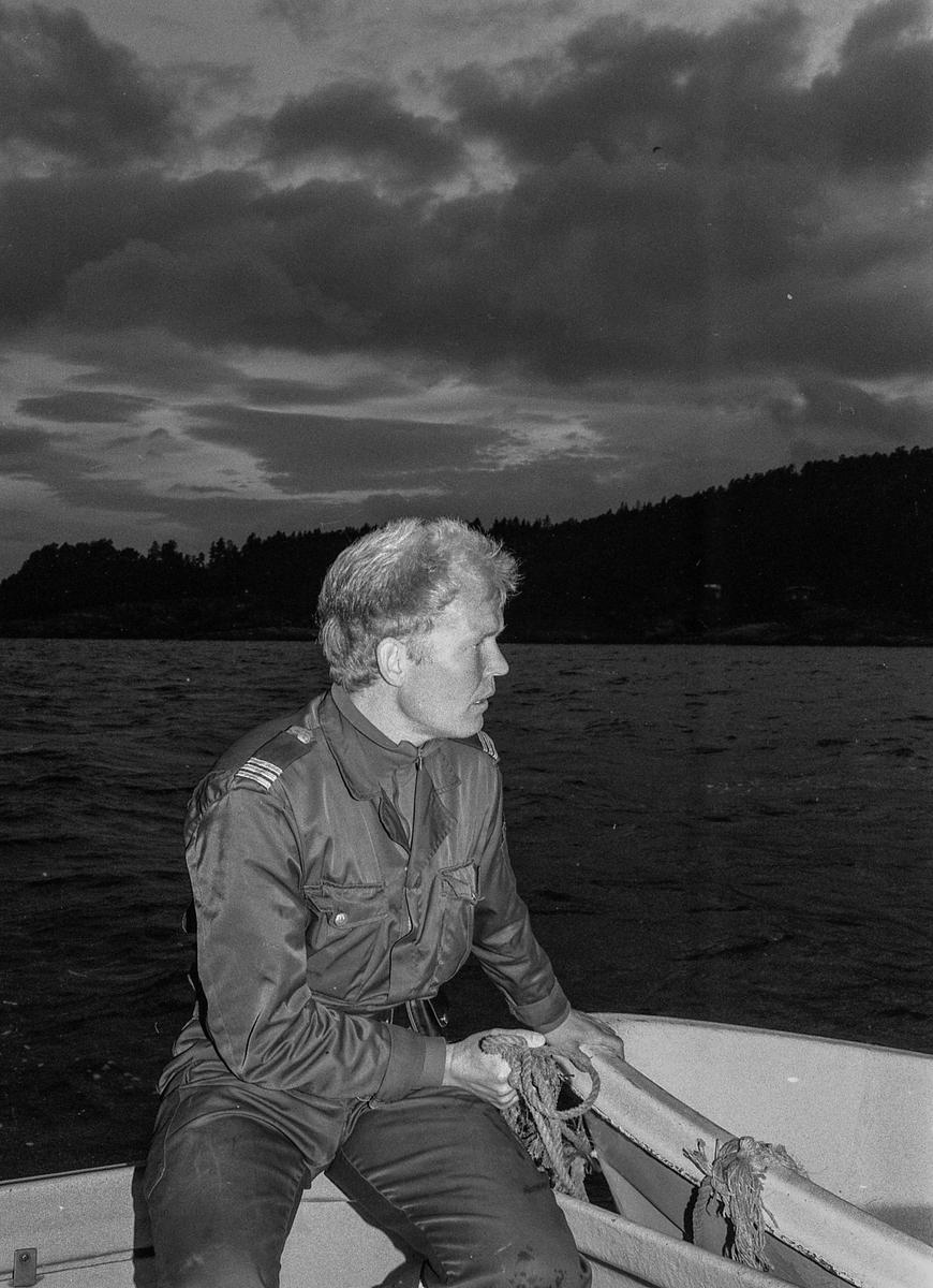 Storakson på fjorden ved Son blåste bort på grunn av dårlig vær. Politmennene Ragnar Kivle (den lyseste), Jarl Andersen og Wibeke Bjerkås Fotograf: ØB Ukjent