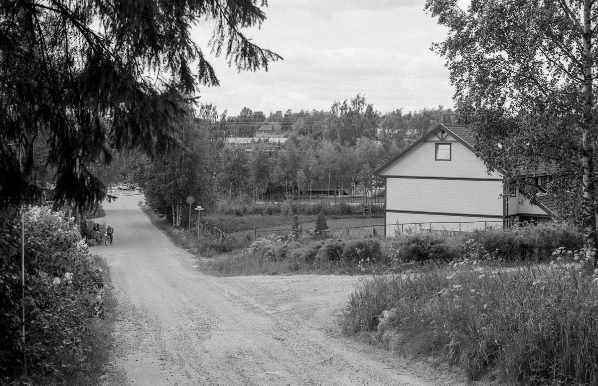 Bygninger langs Jernbaneveien i Ski sentrum. Ski bygg, Lekehuset, drosjebua. Besøk fra Estland.