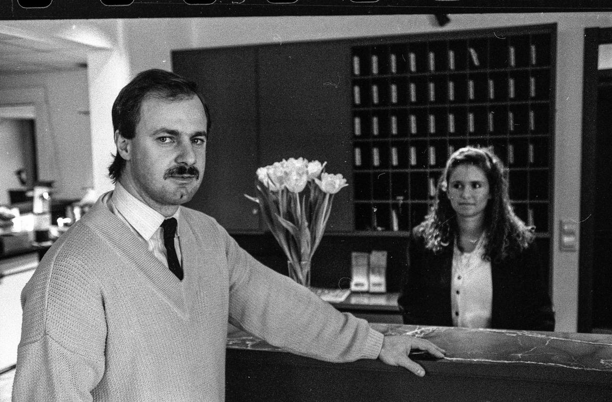 Vestby Hotell, ved resepsjonen daglig leder Reinard Sommer og resepsjonist Lise Simensen. Reinard Sommer med kaffekopp i spisesalen.