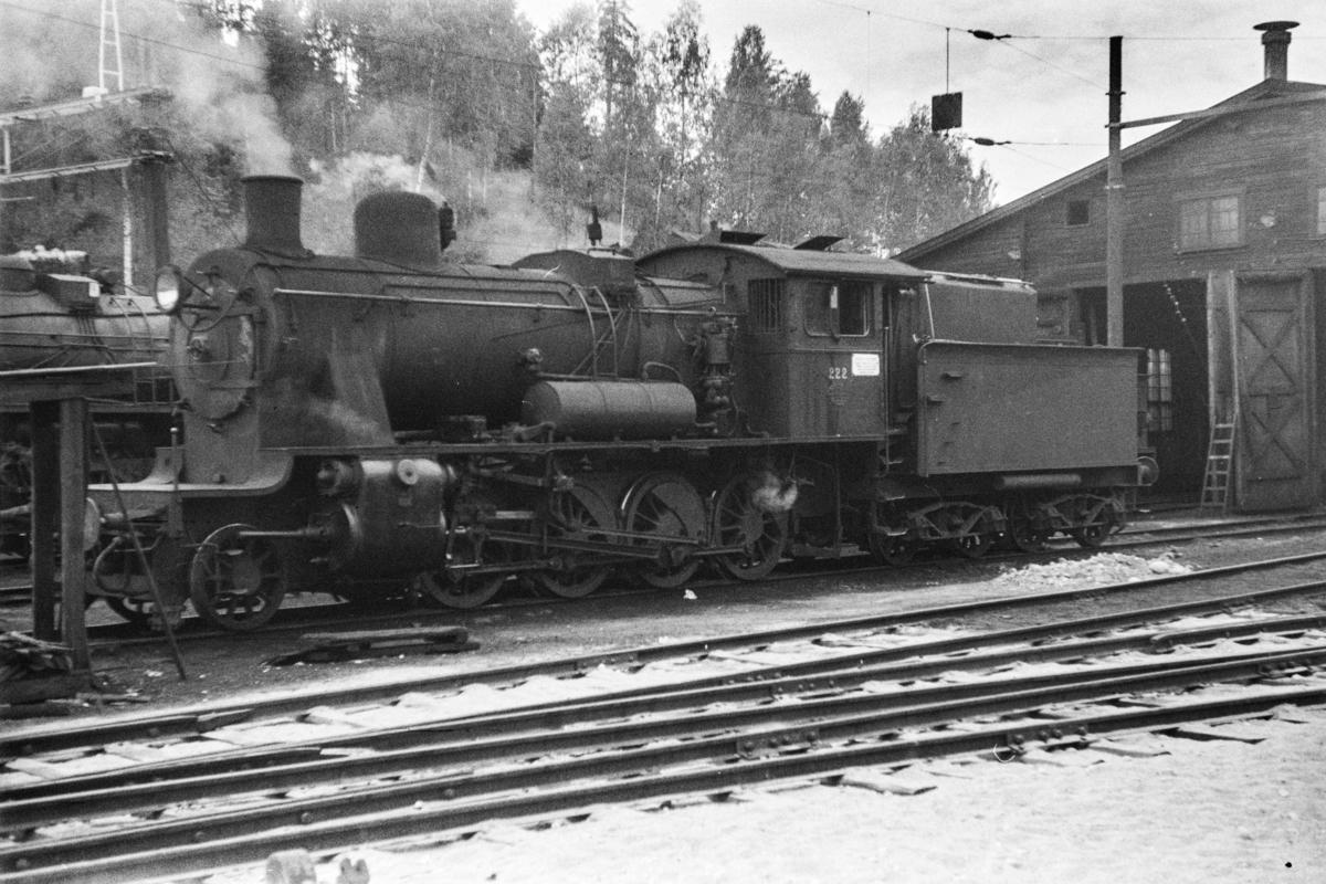 Damplokomotiv type 24b nr. 222  ved lokomotivstallen på Hønefoss stasjon.