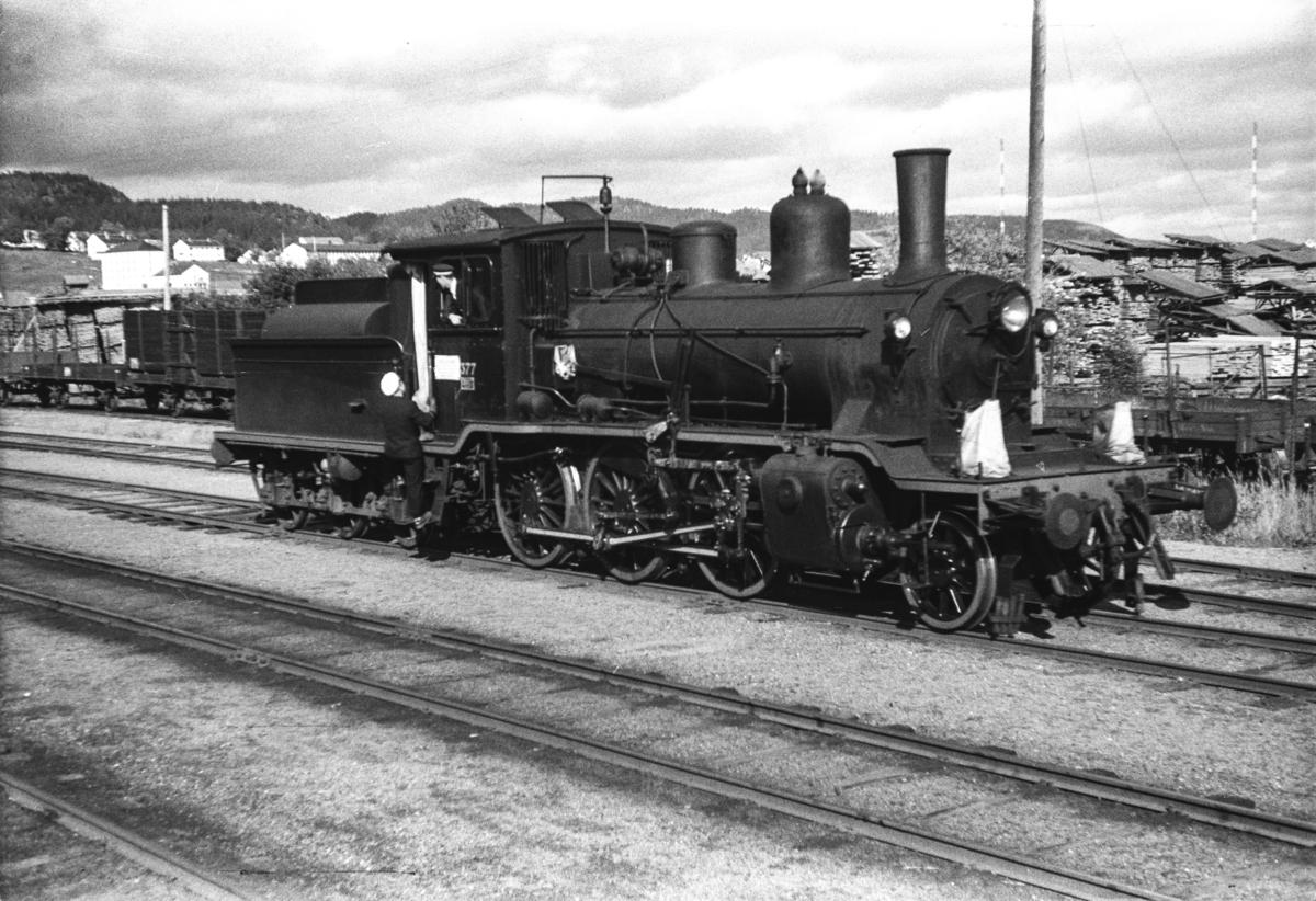 Damplokomotiv type 21c nr. 377 på Namsos stasjon.