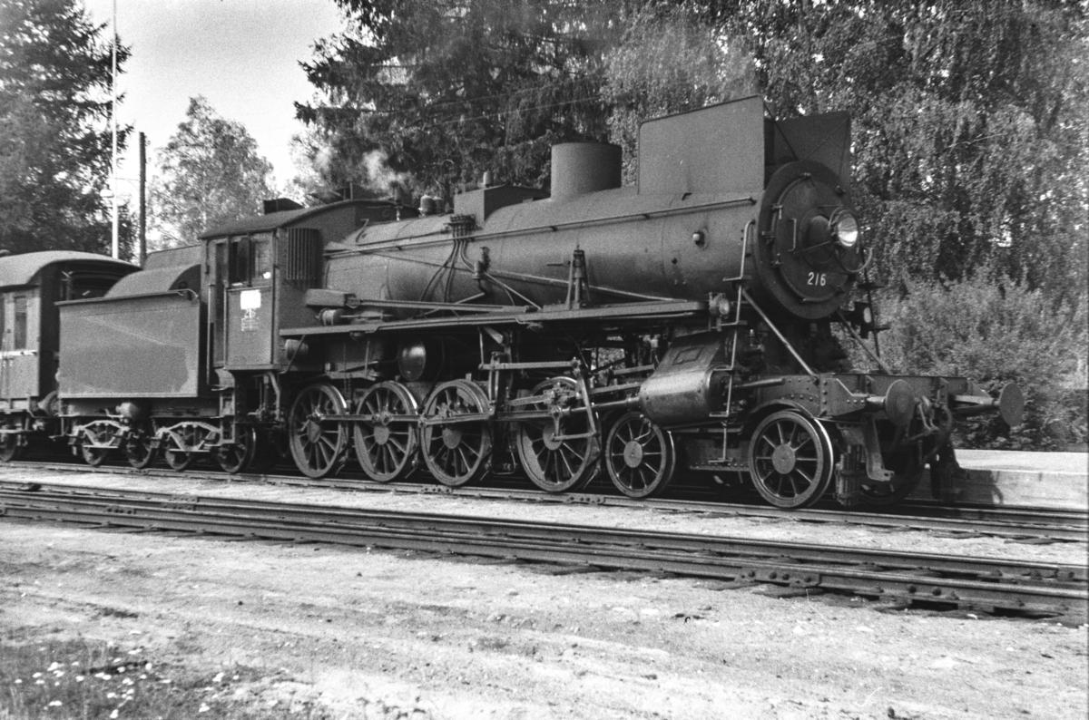 Damplokomotiv type 26a nr. 216 med dagtoget fra Trondheim til Oslo Ø over Røros, tog 302, på Koppang stasjon.