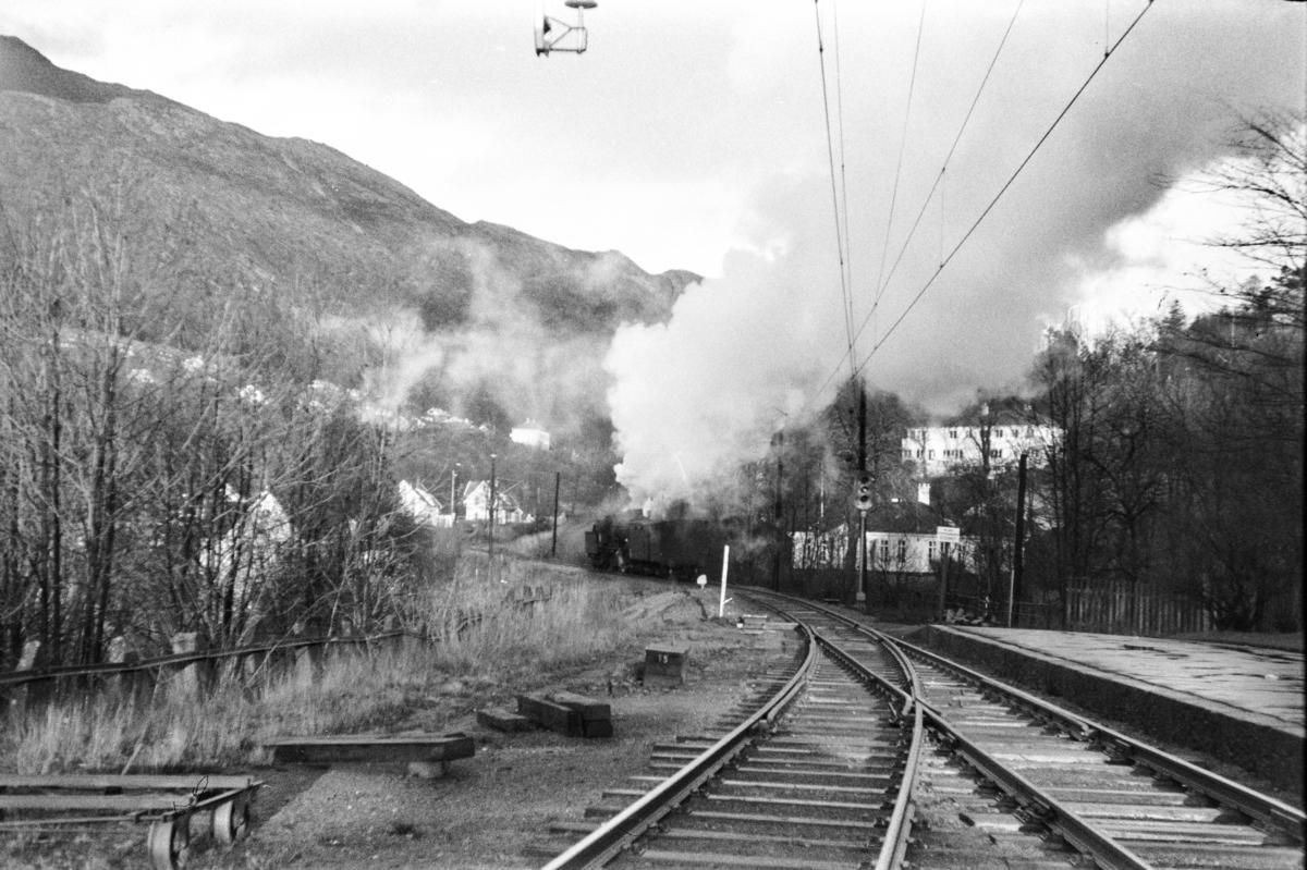 Damplokomotiv type 33a nr. 300 med godstog kjører ut fra Fjøsanger stasjon.