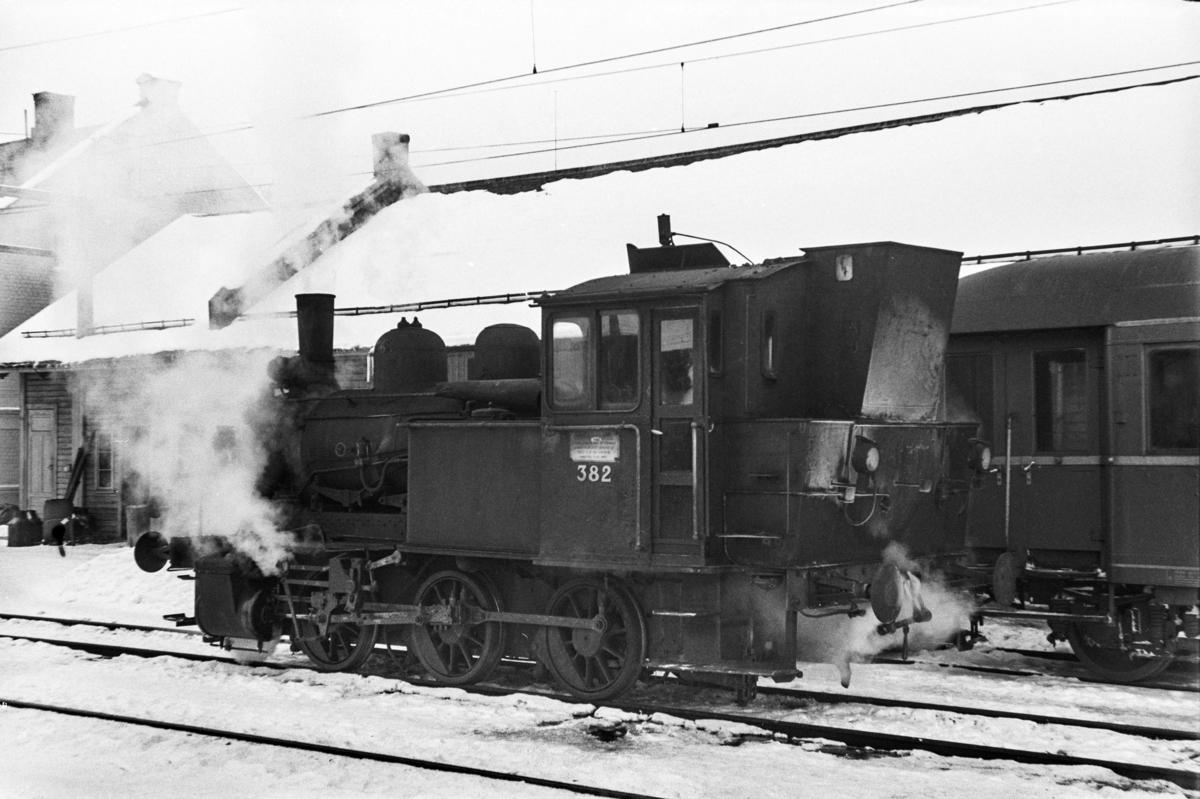 Damplokomotiv type 25c nr. 382 i skiftetjeneste på Hamar stasjon.