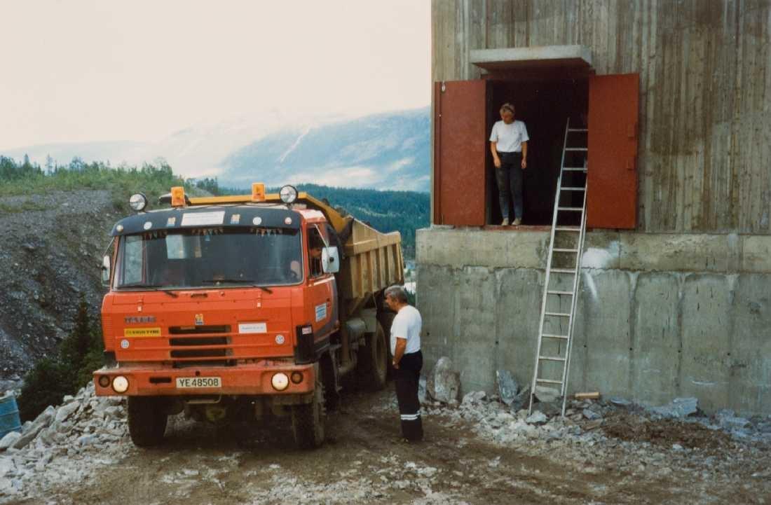 opprinnelig arkivnr. 0376-b. Røssåga. Fallforsen. Bygging nytt omløpslukehus og maskiner. Lastebilen er tsjekkisk Tatra.