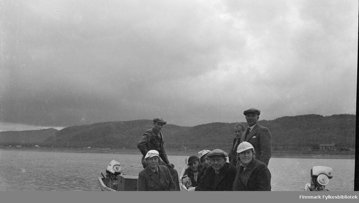 På Tanaelven midt på 1930-tallet. Sittende på båten fra venstre: Bergljot Andrå, Anna Valle, Laura Lorentsen, Oskar Alseen. Aslaug Alseen med Jørgen Skodje stående bak. Bårførerne ukjente.