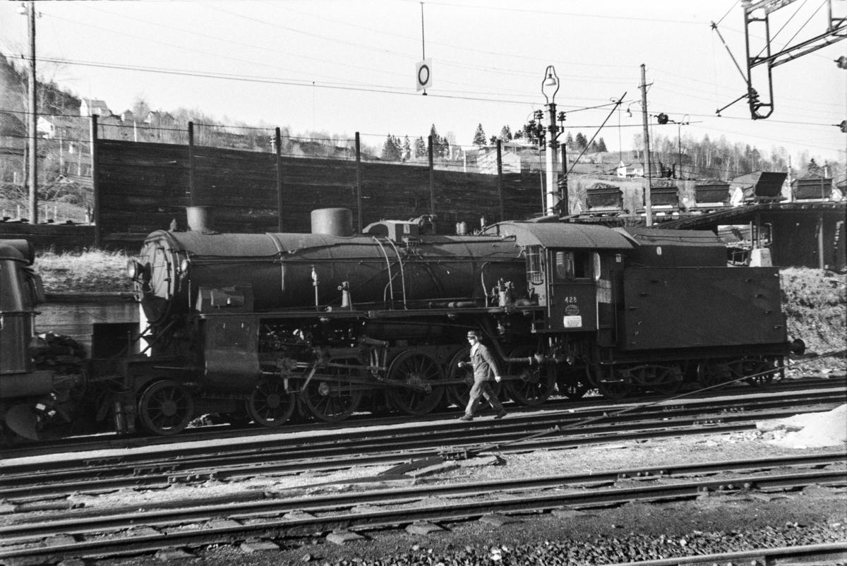 Damplokomotiv type 31b nr. 428 på Voss stasjon. Bak til høyre vagger for transport av kull til damplokomotivene.
