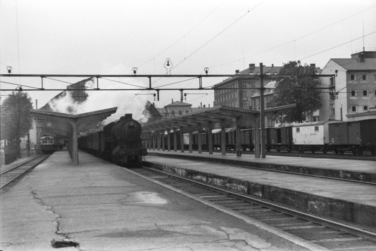 Damplokomotiv type 31a nr. 285 med persontog på Bergen stasjon. Til venstre motorvogn type Bmdo 88 med ekspresstog til Oslo Ø.
