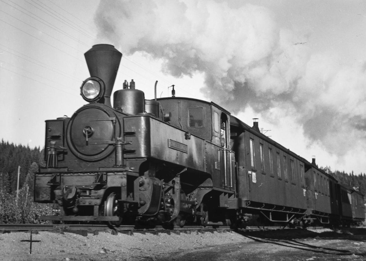 Urskog-Hølandsbanens damplokomotiv type XXIXa nr.5 Bjørkelangen med persontog til Skulerud.