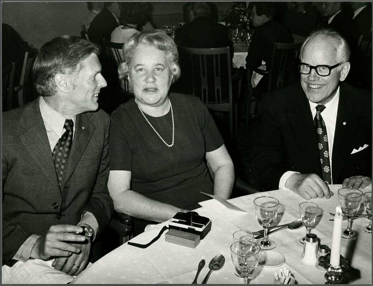 Personal vid Trafikaktiebolaget Grängesberg–Oxelösunds Järnvägar med makar under middagen på Sundbyholms slott under firandet av TGOJ-dagen 1974. Till höger i bild, Göte Lindahl från TGOJ, Eskilstuna.