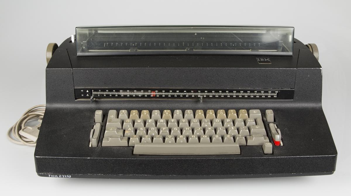 Elektrisk skrivemaskin. Stor, profesjonell type for kontorbruk.