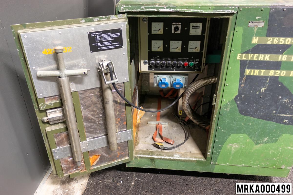 Elverk 16 kVA är ett elverk som med trefas växelspänning (3x220 V, 50 Hz) strömförsörjer BLC, SBC och mätstation 727 kärrorna.  Elverket består av en fyrtakts bensinmotor, som driver en växelströmsgenerator. Kraftöverföringen sker över en koppling av typen koniskt kilförband Bensinmotorn (Onan) försörjs med bränsle (motorbensin 20= blyfri 95 oktan) genom en bränsleslang med bollpump, vilken är ansluten till en 20 liters dunk. Generatorns  (Onan) växelspänning regleras av en spänningsregulator och hålls i det närmsta konstant inom hela belastningsområdet. Elverket inrymms i en container som är försedd med lyftöglor, varför elverket kan lyftas ner från dragfordonets flak och köras stående på marken. Elverket är placerat bakom två luckor på containerns långsida. Luckorna är försedda med gälöppningar och utblåsstos. Avgasslangen dras ut genom ett hål i utblåsstosen.  Ursprungsbenämning: ELVERK 16 kVA MT Ursprungsbenämning: FERM/ONAN M4075