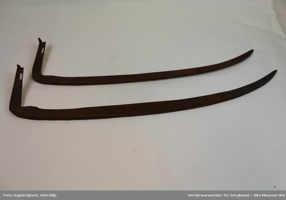 Form: Svakt buete ljåblad med hake for feste på treskaft.