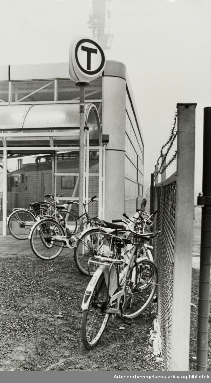Furuset. Sykkelparkeringen ved T-banestasjonen. November 1978