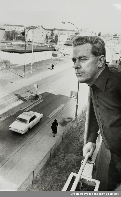 Grenseveien. Trafikken er så plagsom at mange velger å flytte. Odd Ingebretsen. April 1980
