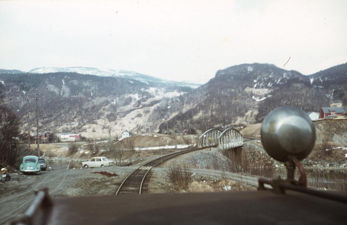 Bro over Gjemgamstrømmen. Utsikt fra lokomotivet på Sulitjelmabanen, underveis mellom Finneid og Lomi.