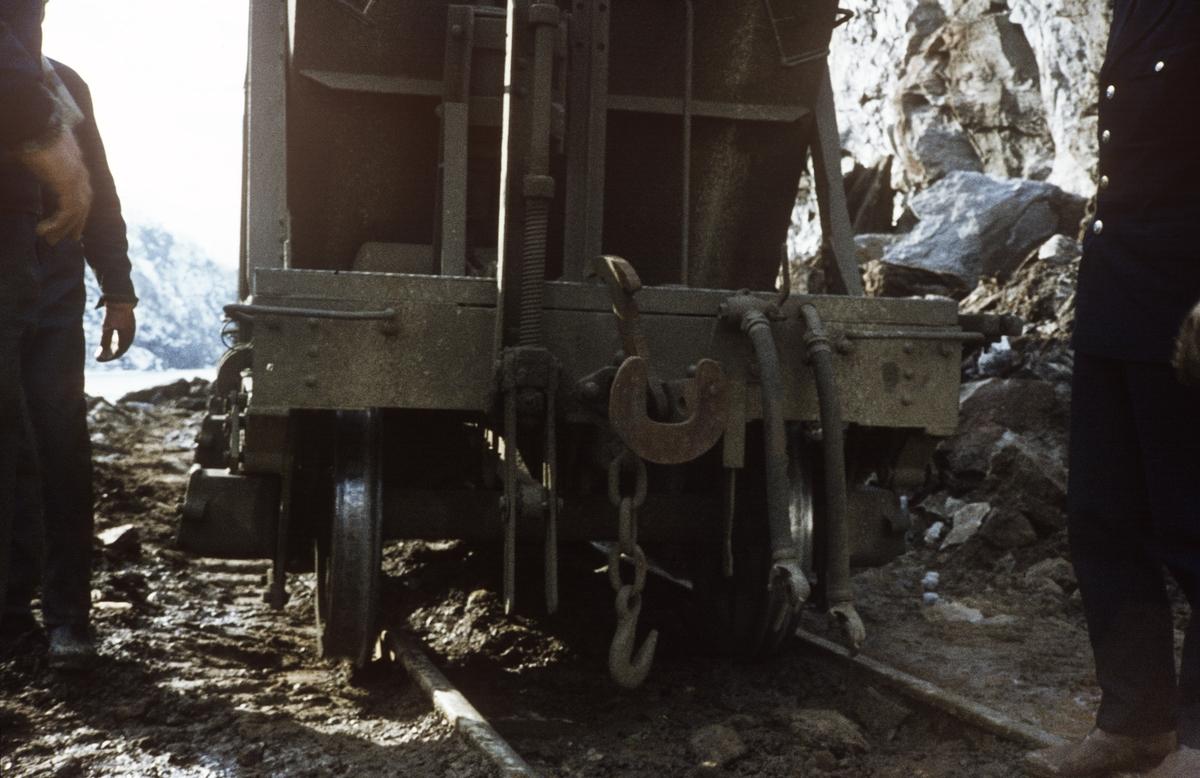 Anleggsarbeid langs Sulitjelmabanen. Banen ble nedlagt og erstattet av bilvei i 1972. Her har en godsvogn litra Ø sporet av.