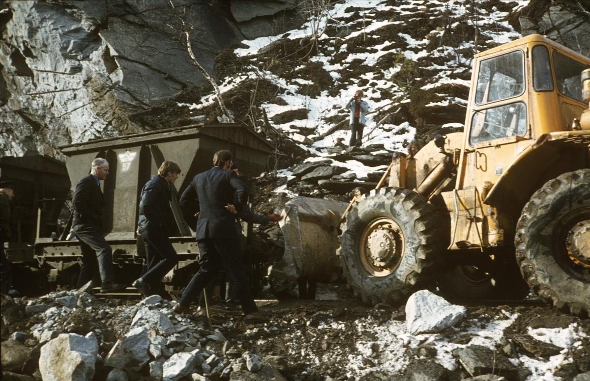 Anleggsarbeid langs Sulitjelmabanen. Banen ble nedlagt og erstattet av bilvei i 1972. Her har en godsvogn litra Ø sporet av og blir løftet på sporet ved hjelp av hjullaster. .