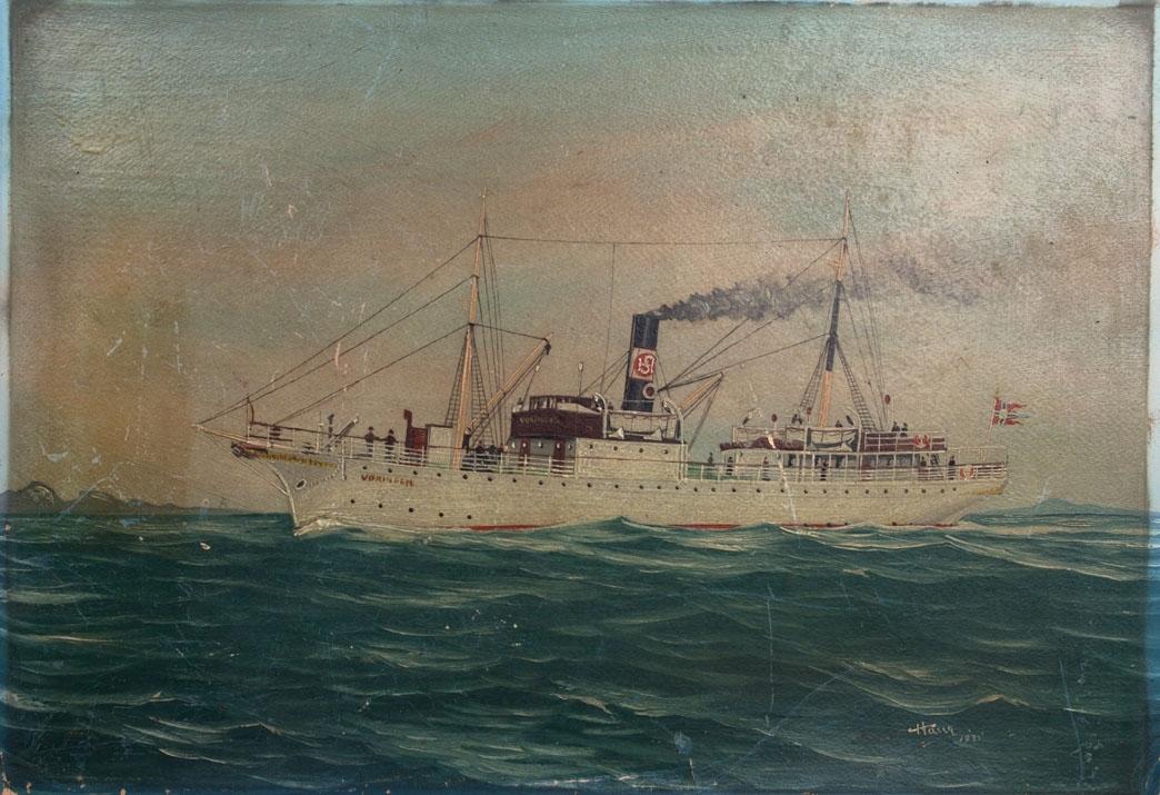 Skipsportrett av DS VØRINGEN under fart i åpen sjø. Ser land i bakgrunn. Fører norsk splittflagg i akter samt skorsteinsmerke til HSD.