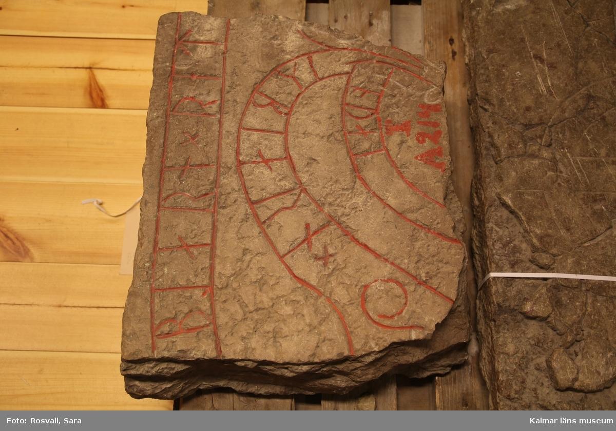 KLM 45211:1-2. Runsten. Två delar av en runsten av kalksten, grå, på ytan rödfläckig. :1. Ett stycke en bit upp på vänstra halvan av ursprungliga stenen. Mått: höjd 47 cm, bredd 40 cm, tjocklek 9-12 cm. :2. Textslingans bredd 7 cm. Runornas höjd 6-7 cm, nedre högra hörnet. Mått: höjd 68 cm, bredd 43 cm.  Ytterligare ett fragment av stenen finns bevarad, återfanns 1960, förvaras i Källa ödekyrka på Öland. Fragmentet utgör ursprungliga runstenens nedre vänstra hörn. Tolkning av inskrift: Äsbjörn och Rodbjörn lät uppresa..., sin gode fader, och efterTorbjörn, sin gode broder, och Gudlög efter (honom).